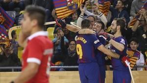 Lucas Ordóñez celebra el gol con sus compañeros en el Palau