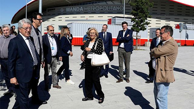 Manuela Carmena visitó el Wanda Metropolitano antes de la final de la Champions