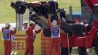El McLaren soltando líquido al ser retirado