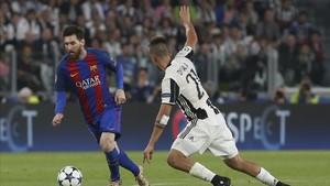 Messi trata de marcharse de Dybala, autor de los dos primeros goles