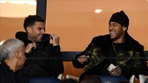 Motta, a la izquierda, bromea con neymar durante un partido del PSG