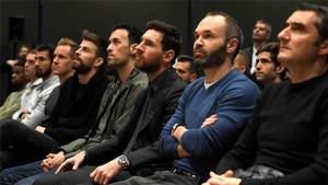 Piqué, junto a los capitanes Busquets, Messi e Iniesta y el entrenador Valverde