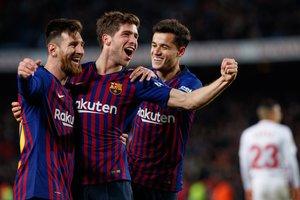 Sergi Roberto celebra con Leo Messi y Philippe Coutinho su gol en el partido de vuelta de cuartos de final de la Copa del Rey entre el FC Barcelona y el Sevilla FC (6-1) en el Camp Nou