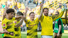 Sergio Gómez celebra junto a sus nuevos compañeros su debut con el Dortmund