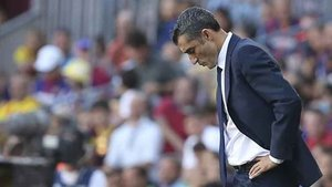 Valverde, cabizbajo, en un momento del FC Barcelona - Athletic Club de este sábado en el Camp Nou. El equipo azulgrana no pasó del 1-1 en su campo