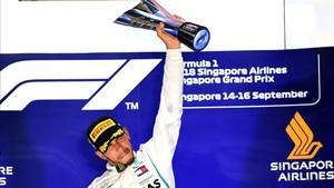 Hamilton alza el trofeo de ganador