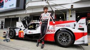 Alonso posa con el Toyota en Fuji