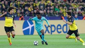 Ansu Fati, en una acción del Borussia-Barça entre Witsel y Delaney