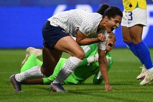 La delantera de Francia, Valerie Gauvin, celebra después de marcar un gol durante la ronda de dieciséis partidos de fútbol de Francia 2019 de la Copa Mundial Femenina de Francia y Brasil, en el estadio Oceane en Le Havre, en el noroeste de Francia.