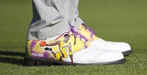 Un detalle de los zapatos de Justin Thomas de los Estados Unidos en honor a la ex estrella de la NBA Kobe Bryant durante la primera ronda del Genesis Invitational en Pacific Palisades, California.