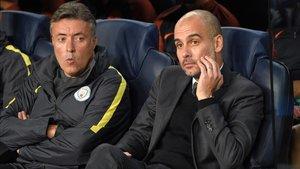 Domènec Torrent y Pep Guardiola, en el banquillo del Manchester City