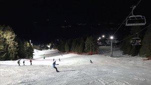 Esquiar de noche es una experiencia tan divertida como recomendable