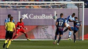 Isak marcando el primer gol del partido