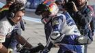 Jorge Martín subiéndose a su moto en el pit lane del trazado jerezano