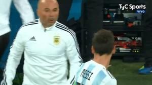 Jorge Sampaoli consulta a Leo Messi la entrada del Kun Agüero