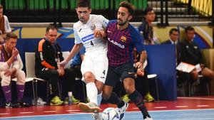 Joselito pugna por la bola con el brasileño Felipe