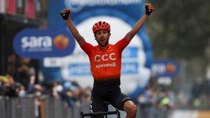Josep Cerny alza los brazos victorioso al cruzar la línea de meta