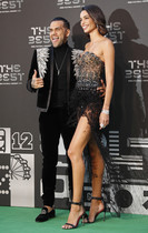 El jugador brasileño del Paris Saint-Germain Dani Alves, y su mujer, Joana Sanz a su llegada a los premios FIFA the Best 2018 en Londres