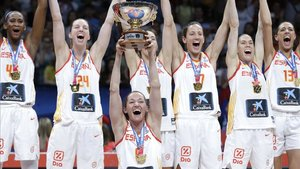 Laia Palau alza el trofeo del Eurobasket 2019 logrado ante Francia