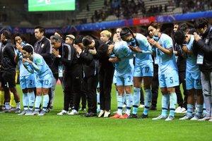 Las jugadoras de Tailandia saludan al público tras perder el partido del Mundial de Fútbol Femenino que las enfrentó a Estados Unidos en el Auguste-Delaune Stadium en Reims.