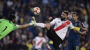 Lucas Pratto ante Esteban Andrade en el River - Boca de la final de la Copa Libertadores