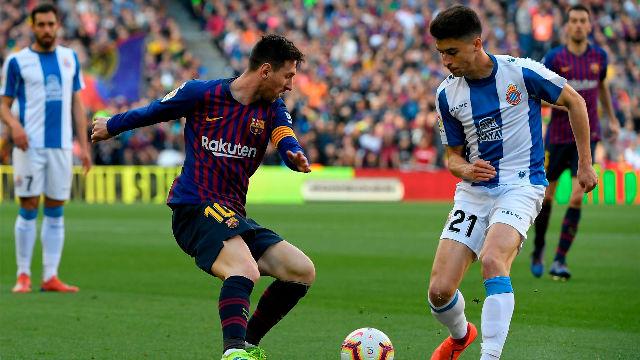 Marc Roca todavía busca el balón después de este regate de Messi