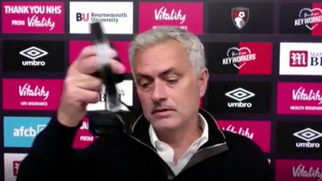 Mourinho se harta y se marcha de una rueda de prensa... ¡por los problemas técnicos!