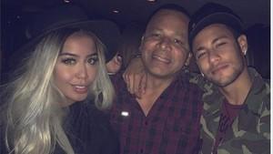 Neymar, con su padre y su hermana