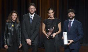Ona Carbonell recibe el premio de manos de la consellera Meritxell Budó, del director de SPORT, Ernest Folch y el presidente de la UFEC, Gerard Esteva