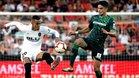 Rodrigo y Marc Bartra pugnan por la posesión en el Valencia-Betis liguero