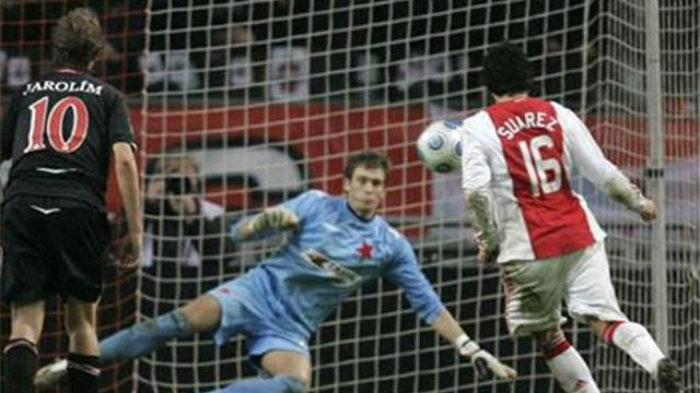 Suárez lanzó un penalti a lo Panenka y marcó ante el Slavia Praga cuando era jugador del Ajax