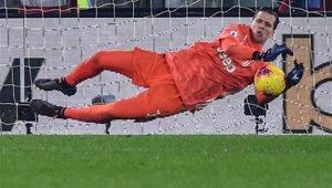 Szczesny atajando un balón en un partido de Serie A
