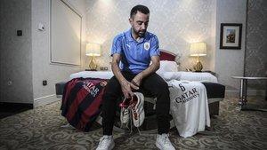 Xavi posa con las botas que se calzó por última vez y las camisetas de sus dos equipos