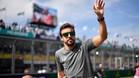 Alonso, saludando al público en la vuelta reglamentaria
