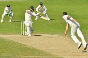 Ben Stokes juega un tiro durante el juego en el cuarto día del tercer partido de prueba de cricket de cenizas entre Inglaterra y Australia en Headingley en Leeds, norte de Inglaterra.