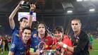 Carles Puyol rodeado por Xavi Hernández, Sergio Busquets, Bojan Krkic y Víctor Valdés tras conquistar la Champions 2008/09