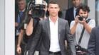 Cristiano Ronaldo, saliendo de pasar el reconocimiento médico con la Juventus