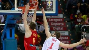 Fran Vázquez realiza un mate en el partido ante Montenegro