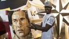 Hamilton, ante un mural de Senna