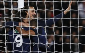 Ibrahimovic, celebrando uno de sus goles con Cavani