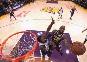 LeBron James # 23 de los Lakers anota, mientras que LaMarcus Aldridge # 12 le dispara a San Antonio Spurs durante una victoria de Laker por 121-113 en el Staples Center.