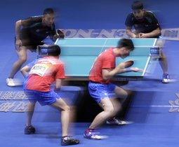 Lee Sangsu y Jeoung Youngsik de Corea del Sur compiten contra Chen Chien-An y Liao Cheng-Ting del Taipei Chino durante el partido de semifinales. entre Taipei Chino y Corea del Sur en la Copa Mundial de Equipos de la (ITTF) en Tokio, Japón.