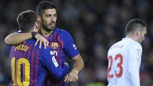 Leo Messi felicita a Luis Suárez tras su segundo gol