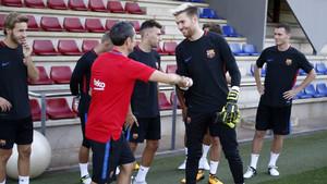 Los jugadores se saludaron sobre el césped con el nuevo staff técnico