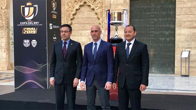 Los presidentes ya están en Sevilla y posan con la Copa del Rey