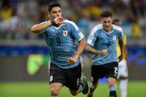 Luis Suárez de Uruguay celebra después de marcar contra Ecuador durante su partido de torneo de fútbol de Copa América en el estadio Mineirao en Belo Horizonte, Brasil.