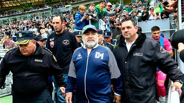 Maradona se da un baño de masas tras la victoria de su equipo