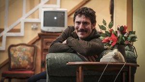 Miquel Sitjar, en el escenario donde interpreta la desternillante `Pel davant i pel darrera¿ hasta el 9 de marzo