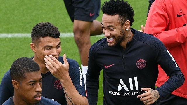 Neymar entrena sonriente con el PSG