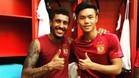 Paulinho, junto a uno de sus compañeros en el Guangzhou